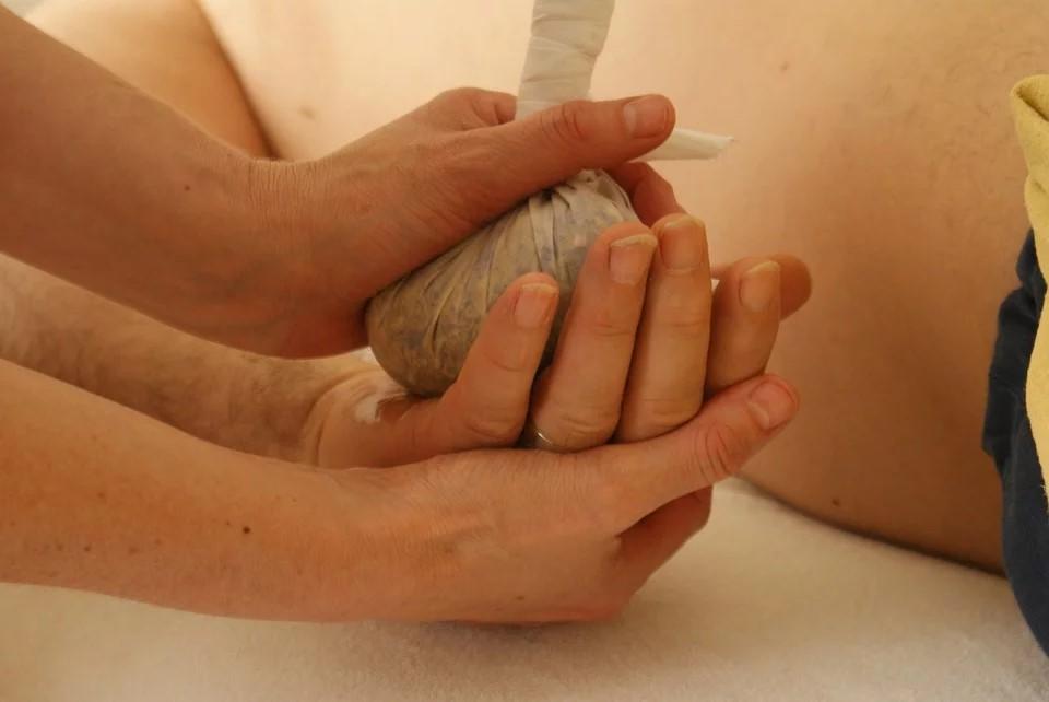 Die Kräuterstempel Massage